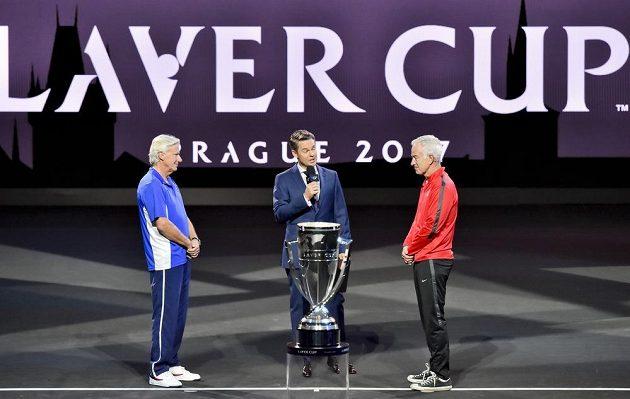 Ceremoniál losování utkání prvního ročníku tenisového Laver Cupu v Praze. Vlevo je kapitán týmu Evropy Björn Borg a vpravo kapitán týmu výběru světa John McEnroe.