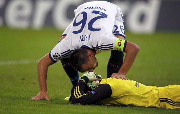 Stoper Chelsea John Terry se sklání nad otřeseným Petrem Čechem poté, co se brankář londýnského týmu udeřil v utkání v Bukurešti hlavou o tyč.