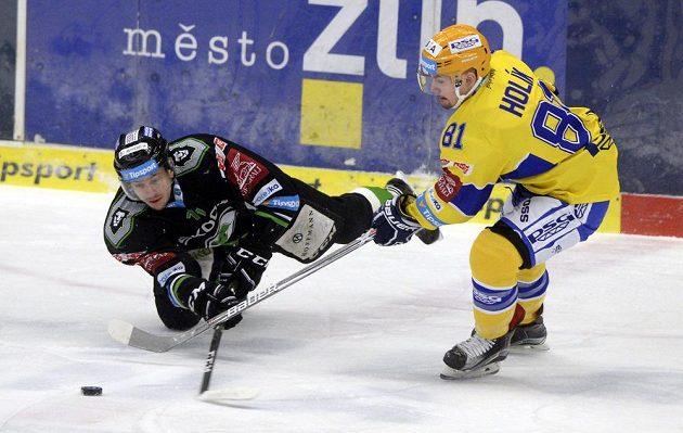 Jiří Kurka z Mladé Boleslavi se poroučí k ledu při souboji s Petrem Holíkem ze Zlína.