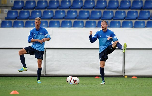 Fotbalisté FC Curych na předzápasovém tréninku na stadiónu U Nisy v Liberci. Vlevo Raphael Koch, vpravo Stefan Glarner.