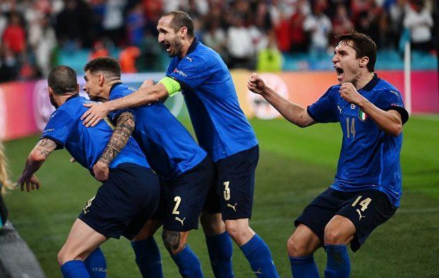 Italská radost po vyrovnávací brance ve finále ME.