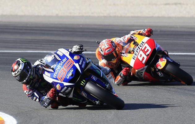 Jorge Lorenzo (vlevo) a jeho krajan Marc Márquez v posledním závodu sezóny Moto GP na domácí trati ve Valencii.