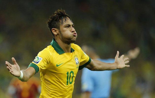 Neymar se raduje z branky, kterou vstřelil ve finále Poháru FIFA proti Španělsku