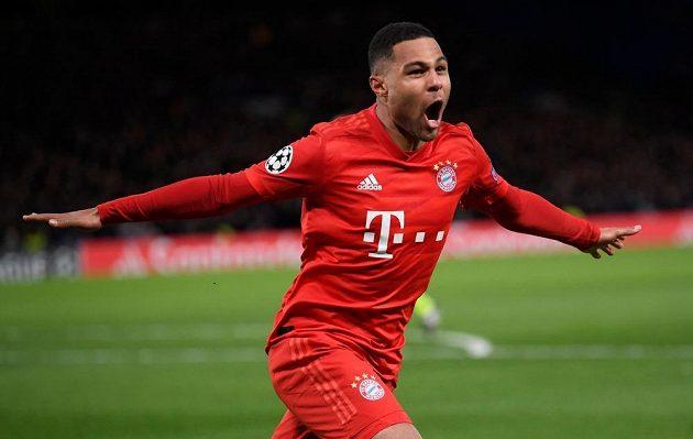 Serge Gnabry z Bayernu se raduje po svém druhém gólu proti Chelsea.