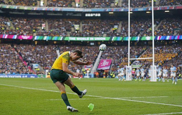 Australský ragbista Bernard Foley při provádění trestného kopu v semifinálovém duelu s Argentinou.