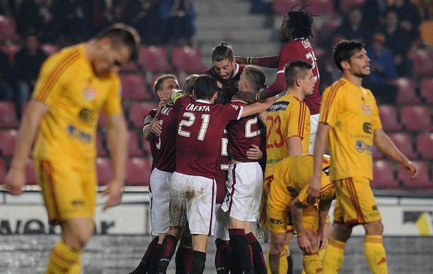 Hráči Sparty oslavují druhý gól během utkání s Duklou.