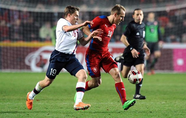 Ruben Jenssen z Norska (vlevo) a český záložník Daniel Kolář během přátelského utkání s Norskem v Praze.