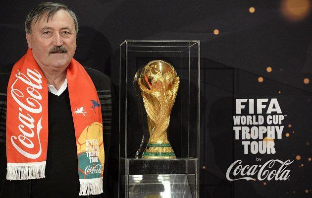 Antonín Panenka s trofejí FIFA pro mistry světa ve fotbale.
