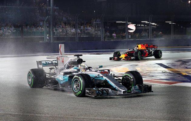 Lewis Hamilton na Mercedesu v čele, za ním Daniel Ricciardo na Redu Bullu při Velké ceně Singapuru.