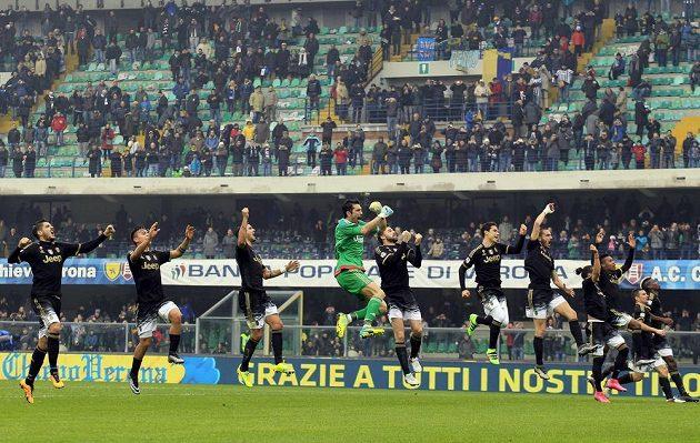 Fotbalisté Juventusu slaví vítězství na hřišti Chieva.