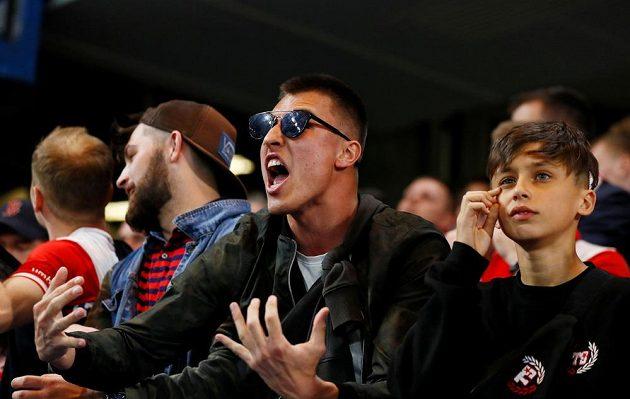 Fanoušci Slavie nejprve prožívali na stadionu Chelsea peklo, jejich tým dostával gól za gólem. Pak si ale sešívaní užili i hodně gólové radosti.