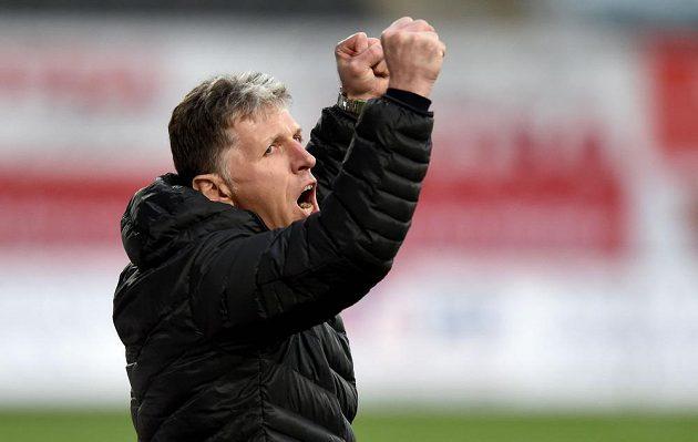 Trenér Jaroslav Šilhavý oslavuje vítězství.