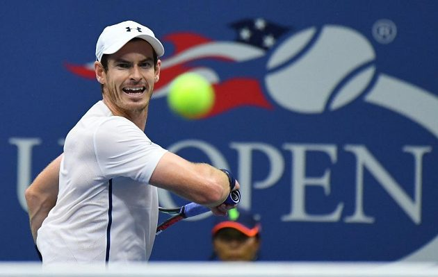 Britský tenista Andy Murray v zápase proti Španělovi Marcelovi Granollersovi-Pujolovi.