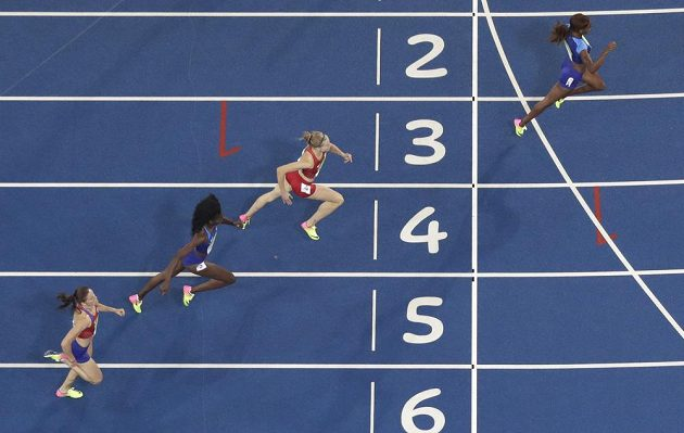 Zuzana Hejnová (zcela vlevo) dobíhá do cíle finálového závodu na 400 metrů překážek.