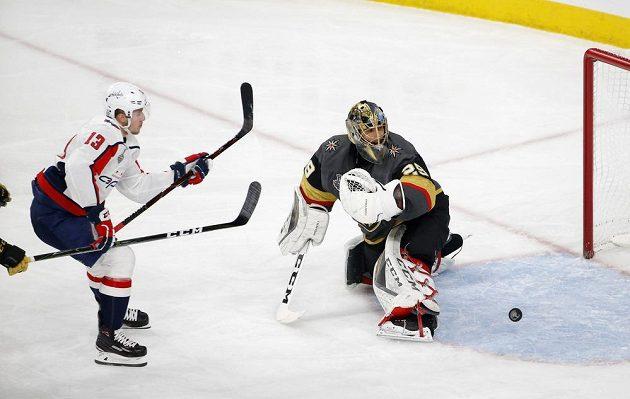 Český útočník Jakub Vrána z Washingtonu překonal brankáře Vegas Golden Knights Marca-Andreho Fleuryho a pomohl svým Capitals k zisku Stanley Cupu.