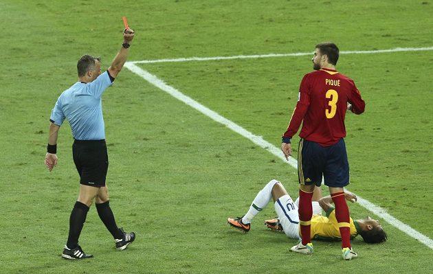 Gerard Piqué ze Španělska (vpravo) vidí od sudího červenou kartu za zákrok na Brazilce Neymara.