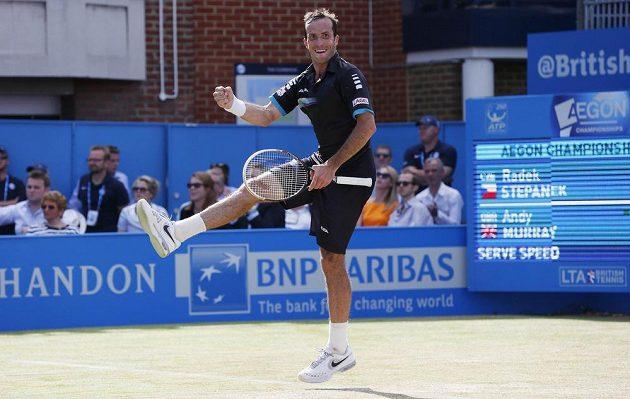 Český tenista Radek Štěpánek se raduje z vítězství nad Britem Andym Murraym.
