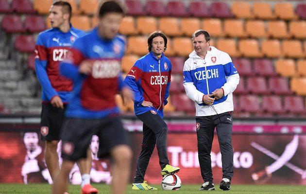 Záložník Tomáš Rosický a trenér Pavel Vrba během tréninku české fotbalové reprezentace před přátelským utkáním s USA a utkáním kvalifikace ME s Nizozemskem.