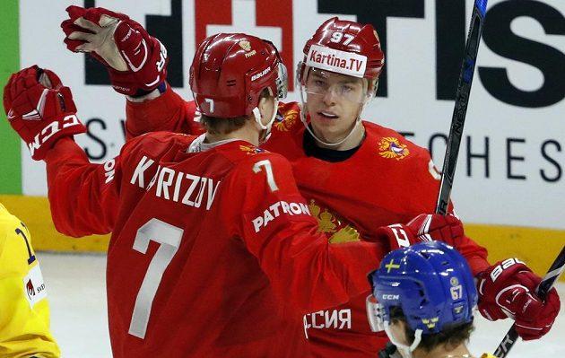 Rusové Kirill Kaprizov a Nikita Gusev se radují z gólu proti Švédsku.