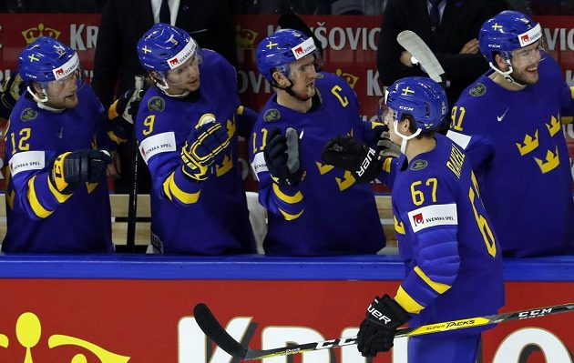Švédský hokejista Rickard Rakell slaví se spoluhráči gól na mistrovství světa.