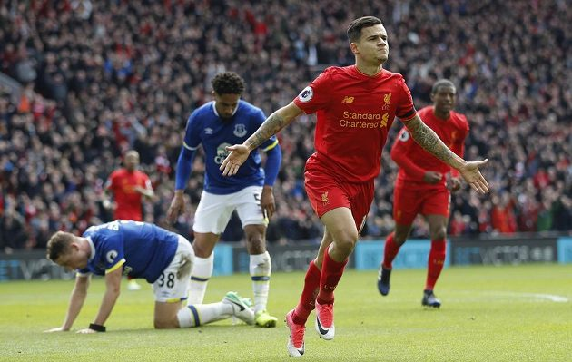 Philippe Coutinho z Liverpoolu oslavuje trefu v derby proti Evertonu.