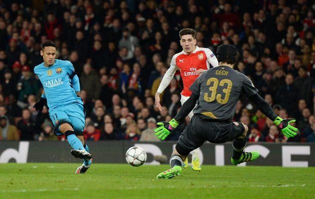 Petr Čech likviduje ve druhé půli velkou šanci Barcelony, kterou měl Brazilec Neymar (vlevo).