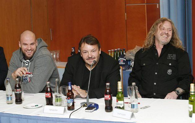 Útočník Radek Smoleňák (vlevo), prezident ČSLH Tomáš Král (uprostřed) a lídr kapely Kabát Josef Vojtek na tiskové konferenci v Praze.