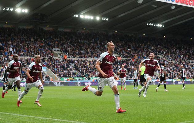 Gól! Tomáš Souček právě poslal West Ham poprvé v zápase do vedení.