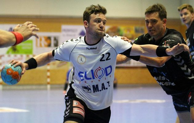 Zleva hráč Plzně Michal Tonar a hráč Lovosic Miloslav Krahulík.