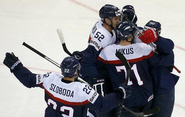 Slovenští hokejisté se radují ze vstřelení branky proti Švédsku, kterou vstřelil obránce Martin Marinčin (třetí zprava).