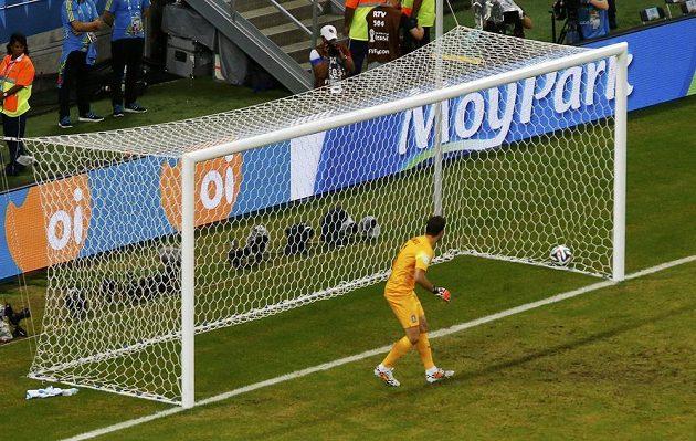 Řeký gólman Orestis Karnezis se ohlíží za míčem, který po střele Bryana Ruíze končí v řecké bráně.