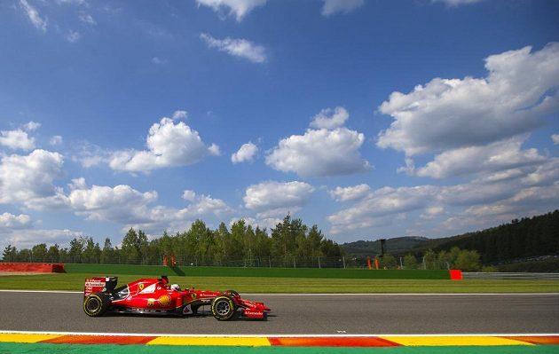 Pilot Ferrari Sebastian Vettel na trati okruhu v belgickém Spa.