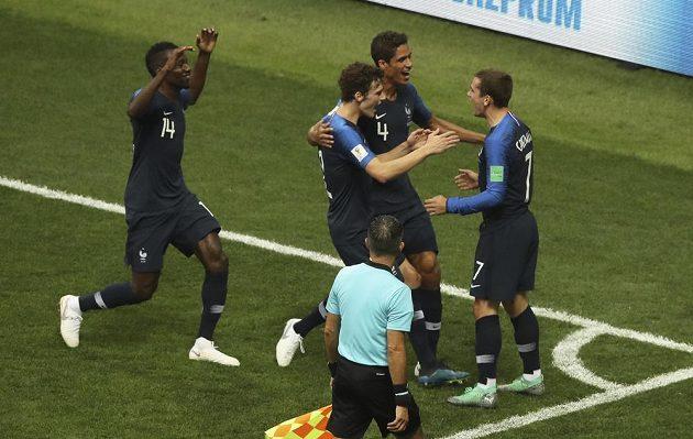 Francouzští fotbalisté oslavují svůj první gól proti Chorvatsku.
