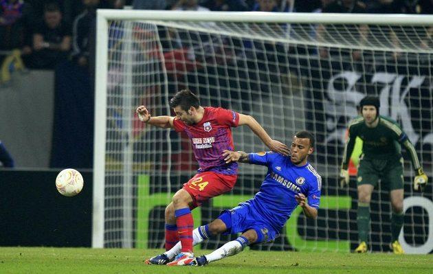Ryan Bertrand (vpravo) z Chelsea fauluje hráče Steauy Bukurešť Raula Rusesca.