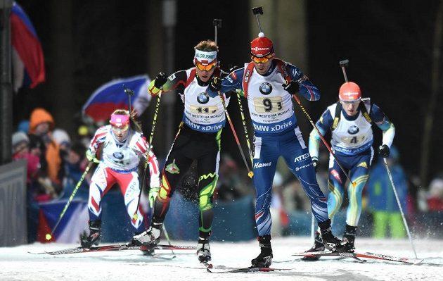 Michal Šlesingr (druhý zprava) v souboji o přední příčky v závodu smíšených štafet v Novém Městě na Moravě.