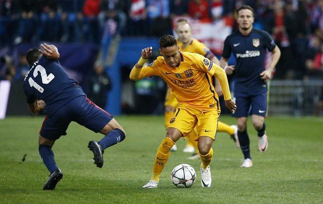 Augusto Fernández z Atlétika v souboji s barcelonským Neymarem (12).