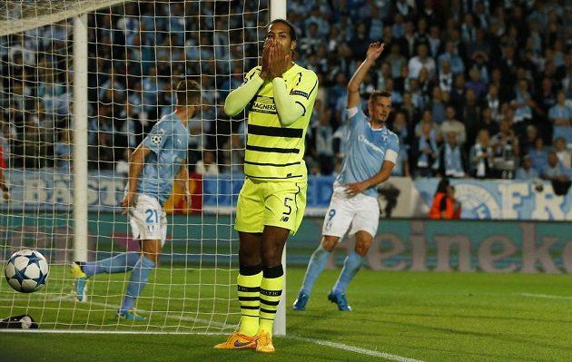 Stoper Celtiku Virgil van Dijk nevěří svým očím, Malmö postoupilo na úkor slavného týmu do základní skupiny Ligy mistrů.