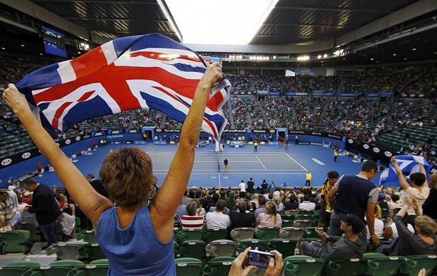 Fanynka s britskou vlajkou povubuzuje Andyho Murrayho v semifinále Australian Open.