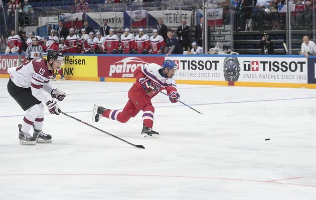 Tomáš Plekanec střílí gól v zápase s Lotyšskem.