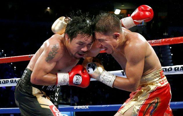 Pacquiao (vlevo) s Vargasem do sebe pořádně bušili...