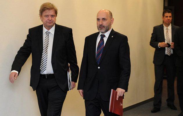 Člen výkonného výboru Tomáš Paclík (uprostřed) přichází na Valnou hromadu Fotbalové asociace.