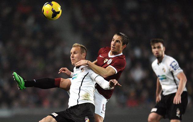 Plzeňský středopolař Daniel Kolář (vlevo) v souboji se sparťanským záložníkem Lukášem Váchou v utkání 19. kola Gambrinus ligy.