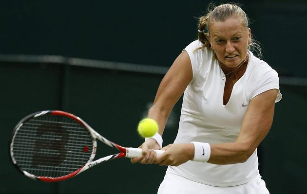 Petra Kvitová během čtvrtfinálové bitvy tenisového Wimbledonu s Kirsten Flipkensovou.