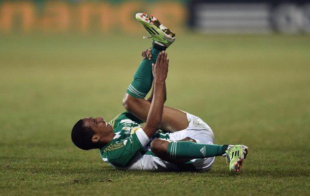 Záložník Bohemians Jhon Moquera se svíjí v bolestech na trávníku při utkání s Jihlavou.
