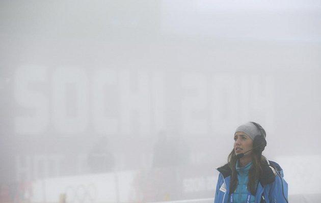 Zasmušilá organizátorka na střelnici v Krasné Poljaně, kde musel být zrušený závod mužů s masovým startem.