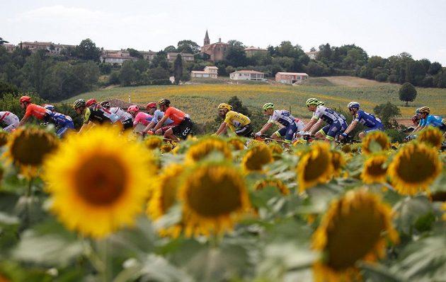 Francouz Julian Alaphilippe ve žlutém na trati 11. etapy Tour.