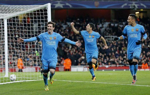 Lionel Messi, Luis Suárez a Neymar se činili i proti Arsenalu. Barcelonští útočníci slaví druhý gól z pokutového kopu.
