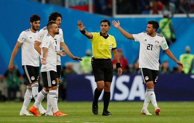 Fotbalisté Egypta sice po první brance v utkání s Ruskem diskutovali s rozhodčím Enriquem Caceresem, ale protesty byly marné.