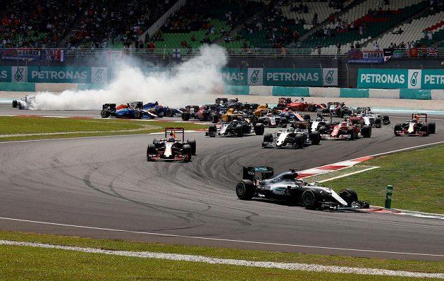 Lewis Hamilton v prvním kole drží vedoucí pozici, zatímco Nico Rosberg se dostal do kolize se Sebastianem Vettelem.