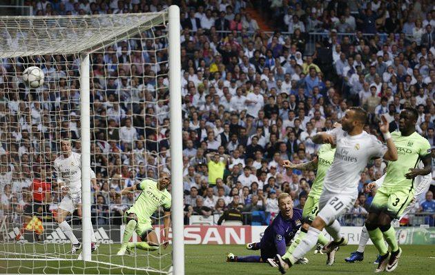 Míč po střele Garetha Balea (vlevo) skončil v síti Manchesteru City.